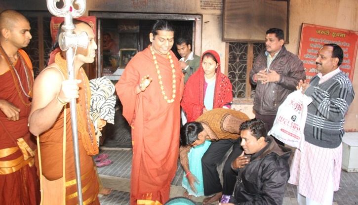 Devotees receive blessings from Swami Nithyananda at Neelkant Temple